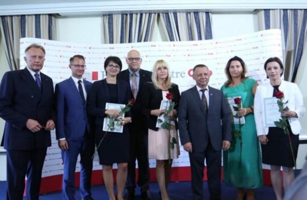 Na zdjęciu: szef KAS Marian Banaś, prezes zarządu BCC Marek Goliszewski, kanclerz LG BCC Maciej Dobrzyniecki  w towarzystwie naczelników wyróżnionych US z województwa pomorskiego.