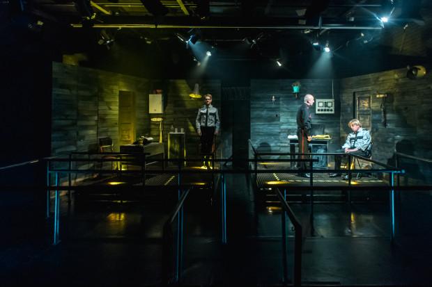 Zaskakuje wyjątkowo rozbudowana, jak na Teatr Atelier, scenografia spektaklu, przygotowana przez André Ochodlo.