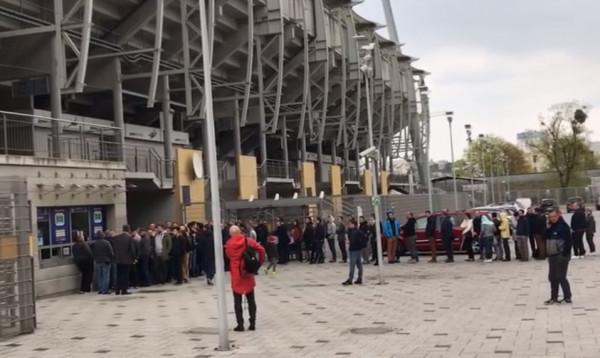 Kibice Arki Gdynia (na zdjęciu pod klubowymi kasami), podobnie jak ci Lechii Gdańsk, mogą kupować bilety za pomocą kart płatniczych. Czy takie udogodnienie to już bezwzględny standard?