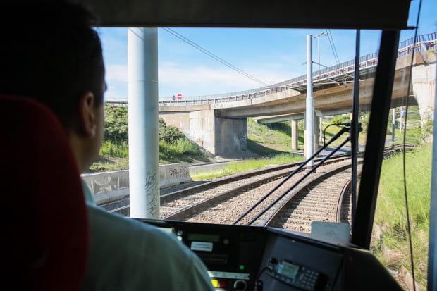 Motorniczowie i kierowcy autobusów mogą sprzedawać bilety w pojazdach komunikacji miejskiej jedynie za odliczoną kwotą (zdjęcie ilustracyjne).