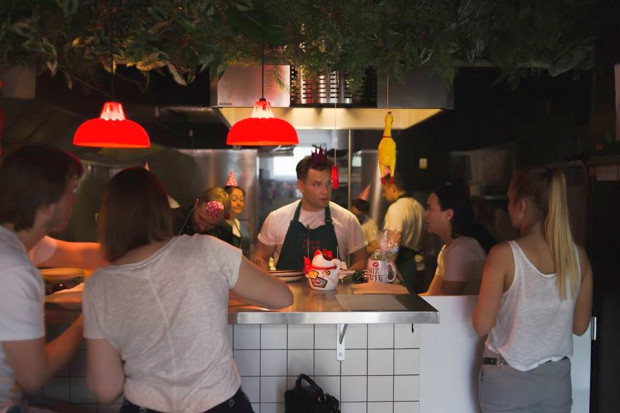 Kuchnia Neonu wydaje w piątki i soboty równo do północy.