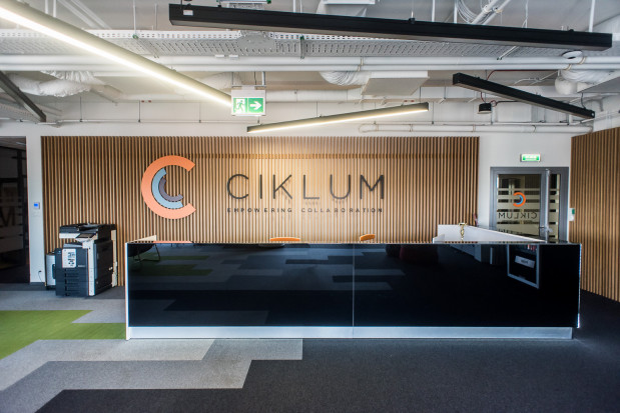 Duża, dwustanowiskowa recepcja jest elementem jednej z otwartych przestrzeni w biurze.