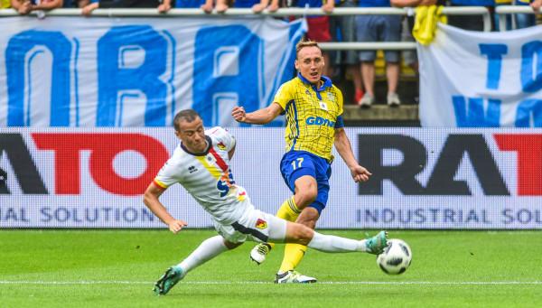 Opaska na przedramieniu sprawia, że Adam Marciniak m.in. stał się łącznikiem pomiędzy trenerem a drużyną.