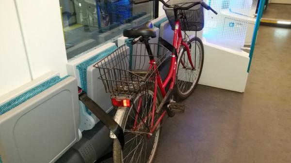 Przykład poprawnego zabezpieczenia roweru pasami w transporcie pociągami SKM.