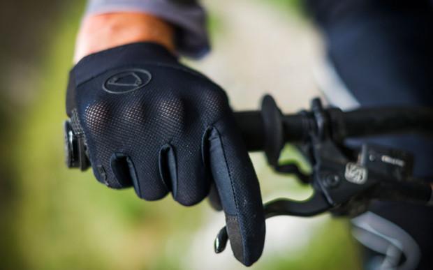 Lekkie i przewiewne długie rękawiczki zapewniają komfort i bezpieczeństwo podczas jazdy rowerem w lecie
