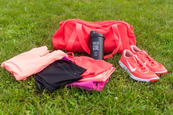 Najważniejszymi elementami torby treningowej jest dobrej jakości ubranie i buty. Nie możemy zapominać też o ręcznikach i wodzie.