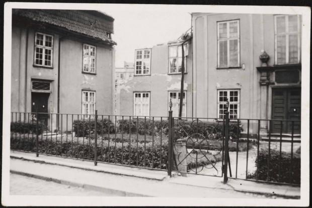 Pałacyk w latach II wojny światowej, po alianckim bombardowaniu w 1942 roku. Repr. za: Fotopolska.eu/Pomuchelskopp