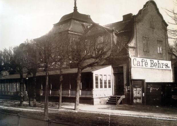 """""""Cafe Behrs"""" - budynek sąsiadujący z budynkiem Fundacji Rennerów."""
