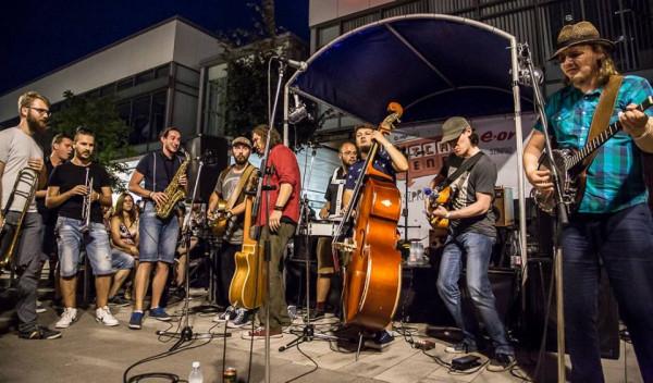 Kraków Street Band w pełnym, dziewięcioosobowym składzie.