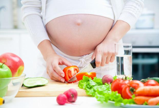 Jeżeli kobieta jest zdrowa i korzysta ze zdrowej żywności, wówczas wszystkich witamin i minerałów może dostarczyć dziecku z pokarmu.