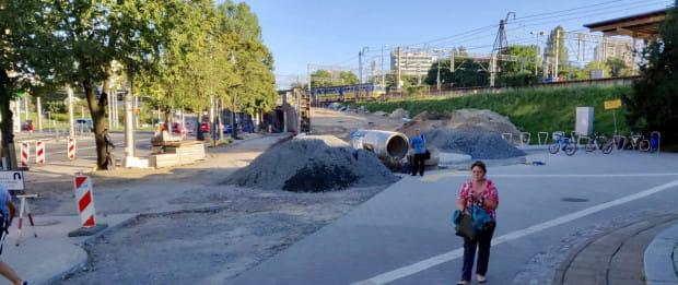 Prace trwają. Po prawej stronie od dworca SKM Gdynia Główna postawiono parking rowerowy.