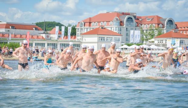 Uczestnicy wyścigu dookoła molo tym razem bez przeszkód powinni wejść do wody.