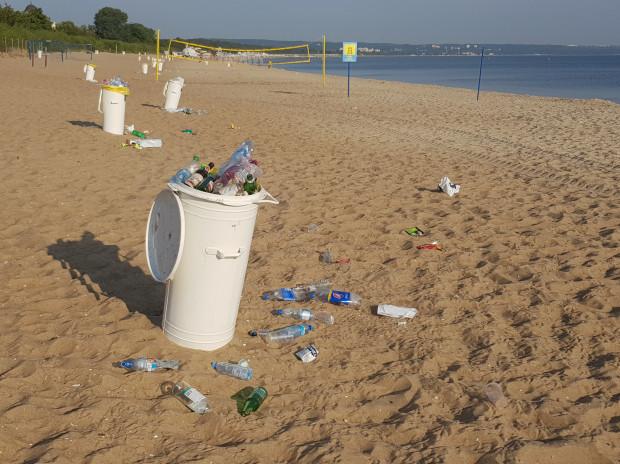 W czwartek rano plażowiczów w Brzeźnie witały przepełnione kosze na śmieci.