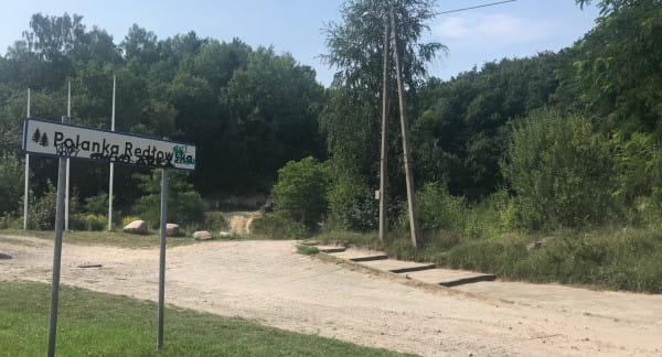 Od kilku lat degrengoladę miejsca potwierdza niszczejąca tabliczka z napisem Polanka Redłowska.