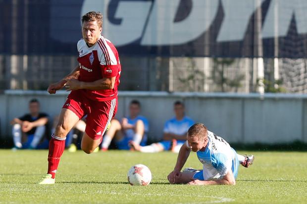 Bałtyk Gdynia przez ostatnie trzy sezony nieskutecznie dobijał się do II ligi kończąc rozgrywki na 3. miejscu. Czy tym razem uda się zająć pierwsze, jedyne premiowane awansem miejsce? Na zdjęciu kapitan Przemysław Kostuch.