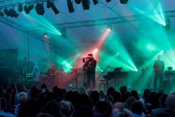 Podczas niedzielnego koncertu Kortezowi towarzyszył na scenie czteroosobowy zespół.
