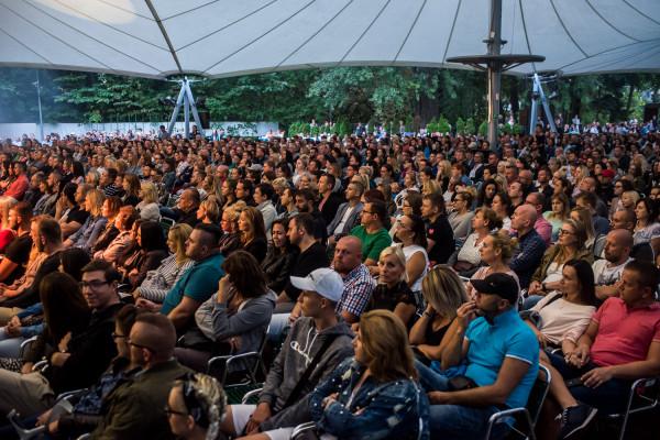 Bilety na niedzielny koncert zostały wyprzedane, ale część słuchaczy, korzystając z bliskiego sąsiedztwa baru, wolała słuchać muzyki Korteza przy tamtejszych stolikach niż siedząc na widowni.