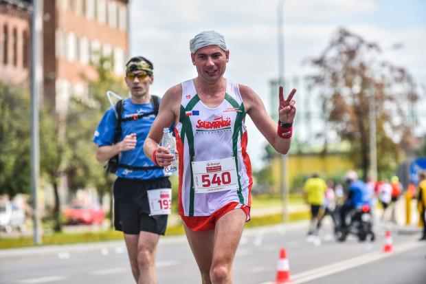 """Maraton """"Solidarności"""" co roku przyciąga biegaczy z różnych krajów. Impreza upamiętnia kurierów, którzy pomagali strajkującym w sierpniu 1980 roku."""