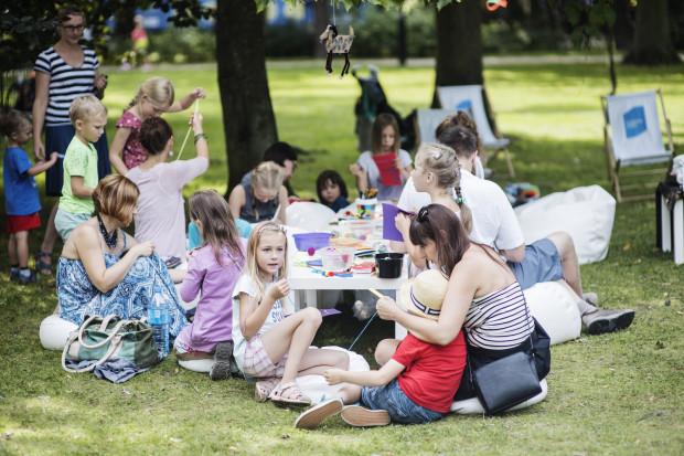 Warsztaty i inne wydarzenia dla najmłodszych podczas festiwalu Literacki Sopot stanowią idealną propozycję na aktywne spędzenie czasu rodziców i dzieci.