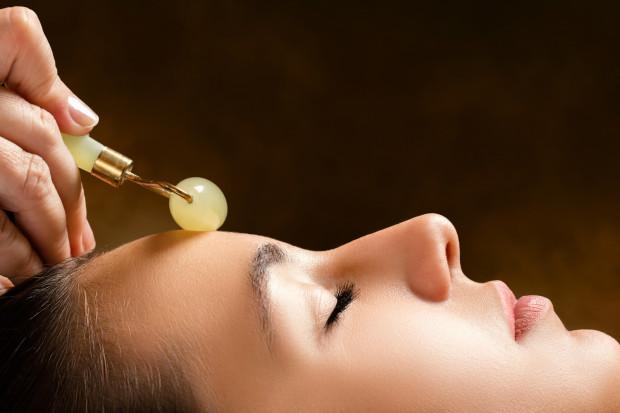 W pielęgnacji twarzy pomaga nam coraz więcej urządzeń, zarówno tych opierających się na najnowszej technologii, jak i tych, które odwołują się do tradycyjnych metod.