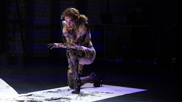 """Oba performance'y pokazywane podczas Tygodnia Izraelskiego grane są przez artystów nago. Na zdjęciu """"Memo"""", które zobaczyć można 3 września w GTS."""