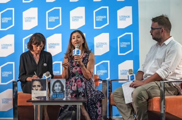 """Ingrid Betancourt opowiadała o traumie spędzenia 6,5 roku w niewoli w rękach rebeliantów z Rewolucyjnych Sił Zbrojnych Kolumbii i próbach ucieczki opisanych w książce """"Każde milczenie ma kres""""."""