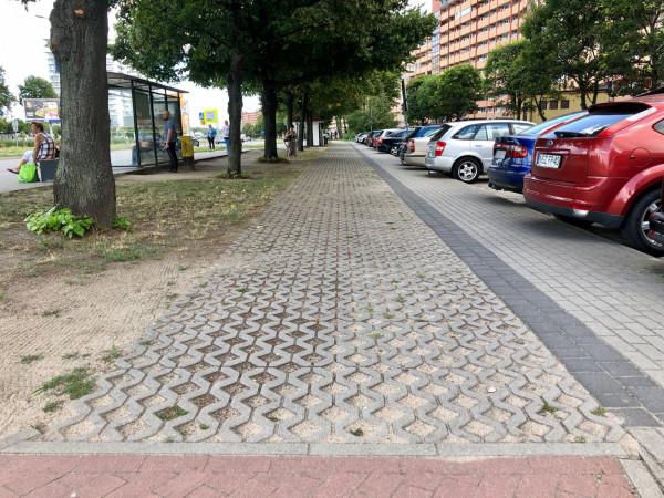 Ta pseudodroga dla rowerów o nawierzchni z płyt betonowych to cyniczna satyra albo wyraz pogardy dla rozumu i mieszkańców poruszającychsiępo dzielnicy rowerami. Odpowiedzialnym za stan trójmiejskiej infrastruktury rowerowej należałoby kazaćtędy jeździćcodziennie rowerem i to normalnym, bez amortyzacji.