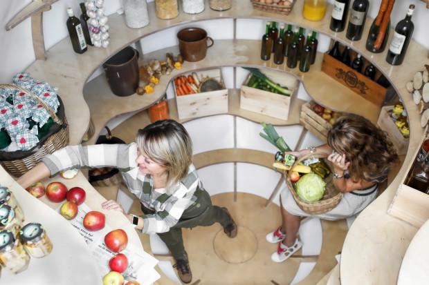 Piwniczka posiada w środku sporo miejsca i dużo półek, na których pomieszczą się nasze przetwory, warzywa i owoce.