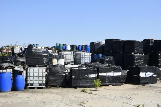 Niebezpieczne odpady z Gostynina są składowane w pojemnikach, na prywatnym terenie, a wyciek z nich o mało co nie spowodowałby poważnej katastrofy ekologicznej.
