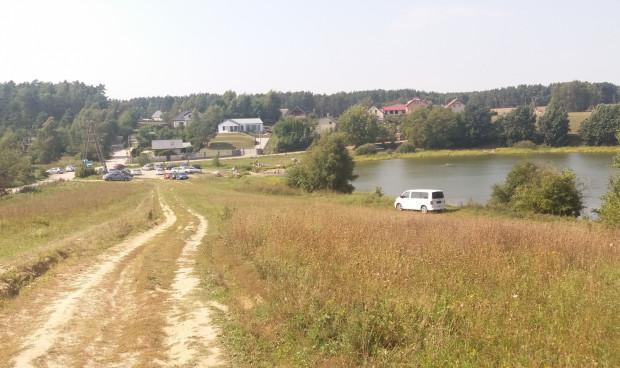 Dojście do jeziora Wysockiego w Osowie wygląda bardzo malowniczo. Niestety czar pryska, gdy podejdzie się bliżej...