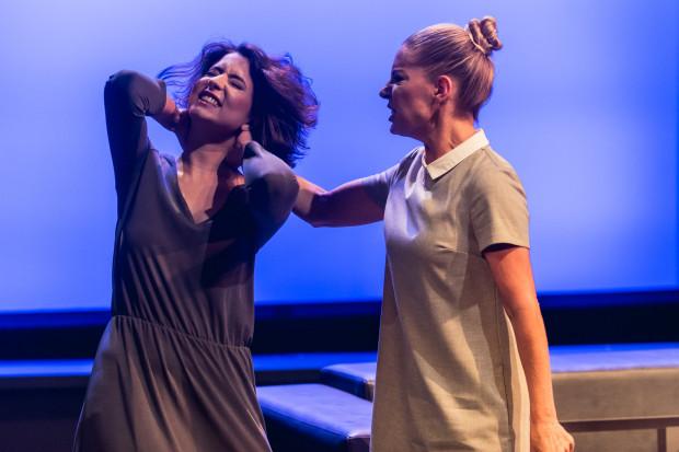 Od aktorów wymaga to szybkiego przechodzenia z jednego stanu emocjonalnego w następny, z czym cała czwórka poprawnie sobie radzi (na zdjęciu, od lewej: Hanna Skarga i Marta Jankowska).