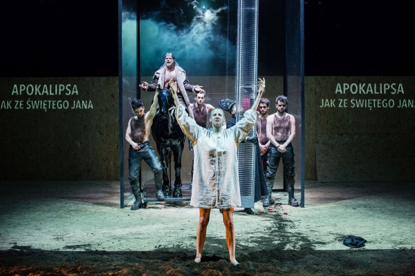 """Teatr Wybrzeże na Wybrzeżu Sztuki będą reprezentować aż trzy przedstawienia: """"Trojanki"""" (8-9.09), """"Bella Figura"""" (14.09) i """"Śmierć białej pończochy"""" (16.09, na zdjęciu)."""