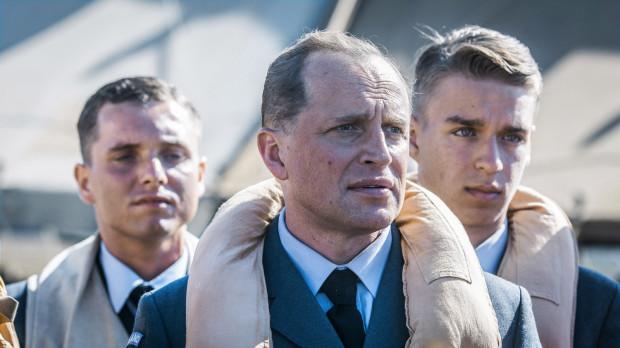 W filmie Denisa Delicia znów możemy przyglądać się polskim bohaterom nie tylko w powietrzu. Ponownie też pojawia się wątek nieprzychylnych i sceptycznych Brytyjczyków. Autorskim wkładem twórców jest z kolei epizod poświęcony polsko-niemieckiej przyjaźni, która w momencie wybuchu wojny zostaje wystawiona na próbę.