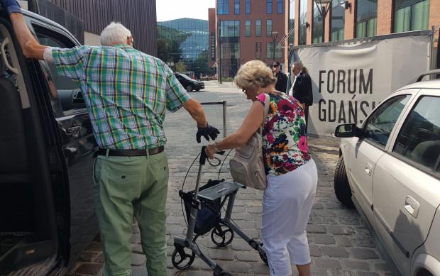 Niepełnosprawny mężczyzna zmuszony został do przebrnięcia z podpórką inwalidzką po bruku, bo nie przyjechał taksówką sieci, która obsługuje Forum Gdańsk.
