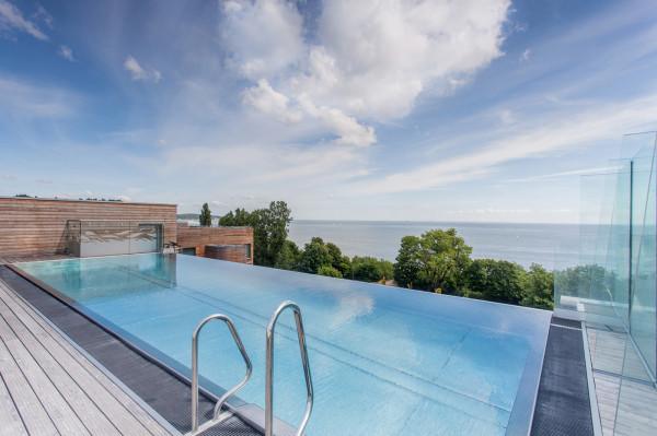 Basen z widokiem na morze to jedna z ciekawszych atrakcji w hotelu Marriott Resort&Spa.