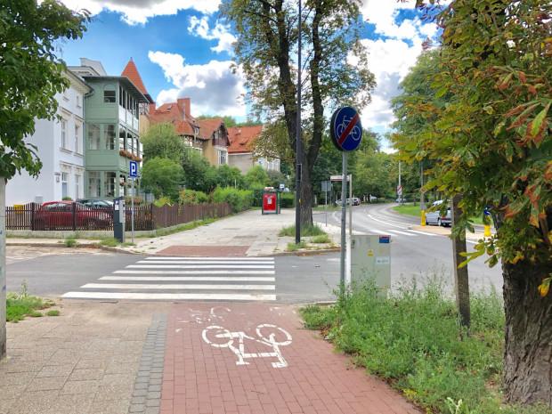 Ul. Jaśkowa Dolina na wys. ul. Sobótki - w niezliczonych miejscach w Gdańsku infrastruktura rowerowa urywa sięnagle i bez sensu. Dlaczego droga rowerowa nie jest tu po prostu dowiązana do tej istniejącej po drugiej stronie Jaśkowej Doliny? Nie trzeba wiele: krótki łącznik i dwa przejazdy rowerowe. Takie porzucenie niedokończonej sprawy pozostawia wrażenie niedbalstwa, czyli niezadbania o rowerowego użytkownika miasta.