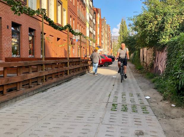 Ul. Spichrzowa, Śródmieście. To przykład fatalnej nawierzchni z perforowanych płyt betonowych, które sąwyjątkowo uciążliwe do jazdy rowerem i praktycznie wykluczająużycie rolek i hulajnóg o mniejszych kółkach.