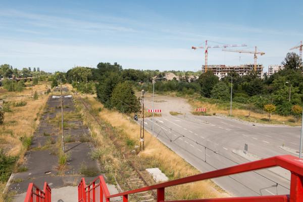 Ul. Pokoleń Lechii Gdańsk urywa się pod wiaduktem na ul. Uczniowskiej. W przyszłości ma się tu zaczynać ul. Nowa Muzyczna. W tle budowa nowych osiedli w Letnicy.