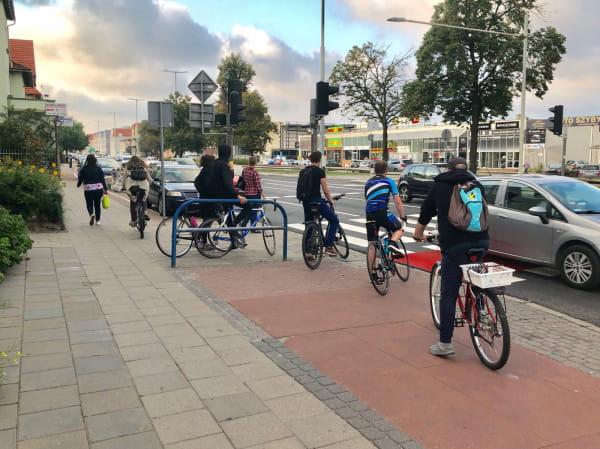 Urywające sięnagle drogi rowerowe i koniecznośćprzejechania na drugąstronęulicy wraz z dodatkowym oczekiwaniem na światłach, by kontynuowaćpodróż, to jeden z głównych problemów rowerowej infrastruktury Gdańska.
