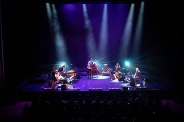Bardzo udanym zwieńczeniem imprezy okazał się koncert Esev Yam, w którym piątka muzyków na bazie tradycyjnych nigunów stworzyła udany, pełen wymiany i współpracy muzyczny spektakl.