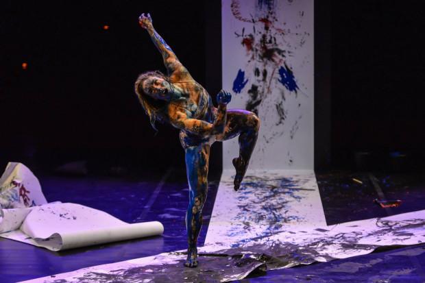 """Anat Grigorio w performance """"Memo"""" o pamięci """"mówi"""" za pomocą swojego ciała i farby."""