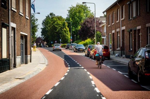 Priorytet dla mobilności aktywnej, w tym dróg rowerowych, można rozumiećróżnie. Ten przykład nie jest z Gdańska, jak można siędomyślić. Nietypowerozwiązanie pochodzi z holenderskiego Meerssen.