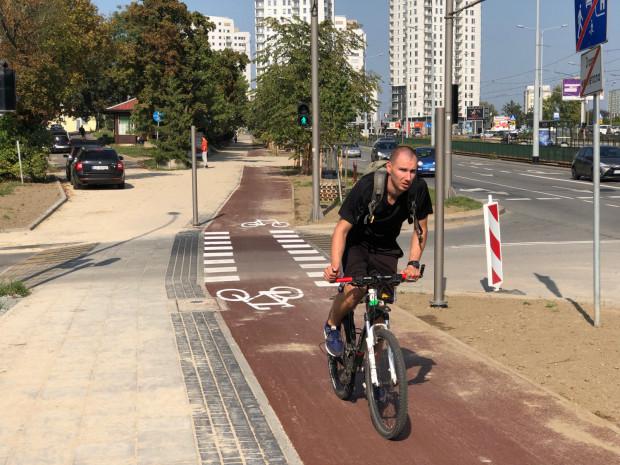 """Przejazdy rowerowe wykonane sąmodelowo. Zachowano wyniesiony w stosunku do jezdni poziom (niweletę) powierzchni chodnika i drogi rowerowej. Zachowanociągłość nawierzchni obu wspomnianych. Z perspektywy kierowcy widoczne sąmozaikowane w kostce betonowej """"tetrisy"""" informujące o progu."""