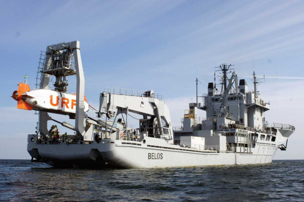 Okręt ratowniczy Belos należący do szwedzkiej marynarki wojennej z podwodną jednostką ratunkową podwieszoną nad pokładem.