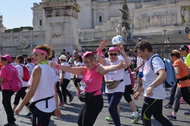 Na całym świecie Race for the Cure ma jeden wspólny wizerunek. Osoby dotknięte rakiem piersi biegną w różowych koszulkach, celebrując życie. Pozostali uczestnicy wyrażają gest solidarności w walce z rakiem piersi, zakładając koszulki białe. Wspólnym biegiem upamiętniamy tych, których już z nami nie ma. Na zdj. rzymska odsłona Race for the Cure.