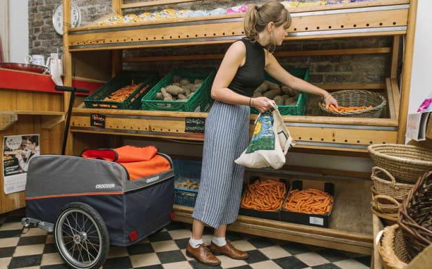 Przyczepki transportowe idealnie sprawdzają się podczas rowerowych zakupów