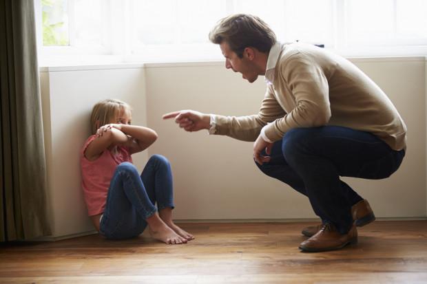 Mówiąc o przemocy często mamy na myśli tę fizyczną. Pamiętajmy jednak, że na psychice dziecka równie negatywnie odbijają się różnego rodzaju formy przemocy psychicznej, jak krzyk czy agresja słowna.