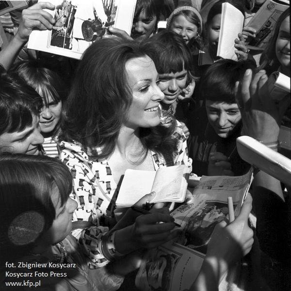 Irena Jarocka rozdaje autografy fanom podczas festiwalu piosenki w Sopocie, w 1973 r.