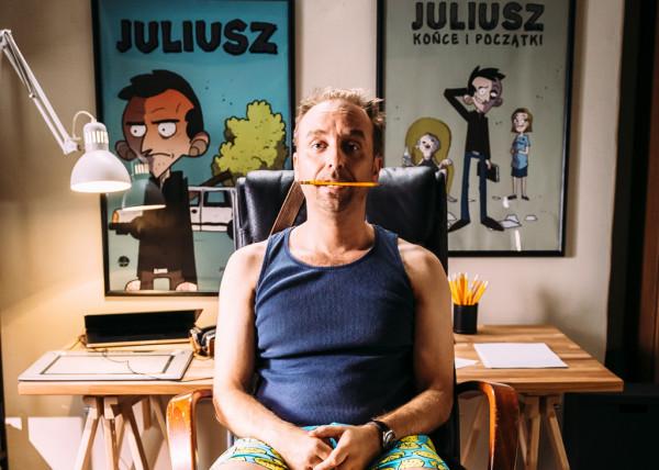 Tytułowy Juliusz (Wojciech Mecwaldowski) jest aż przerysowanym życiowym nieudacznikiem, któremu brakuje zarówno zawodowego, jak i emocjonalnego spełnienia. Dotychczasowe życie odmienia spotkanie Doroty (Anna Smołowik) oraz mozolnie odbudowywane relacje z chorowitym ojcem (Jan Peszek).