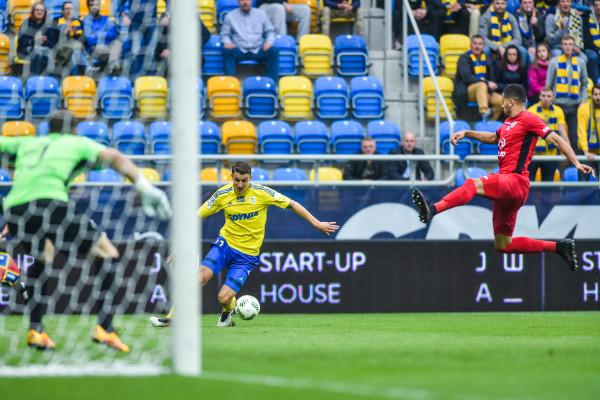Damian Zbozień (z piłką) czas spędzony w Piaście Gliwice uważa za wyjątkowy, ale jego zdaniem to w Arce Gdynia ma najlepszy okres w piłkarskiej karierze.